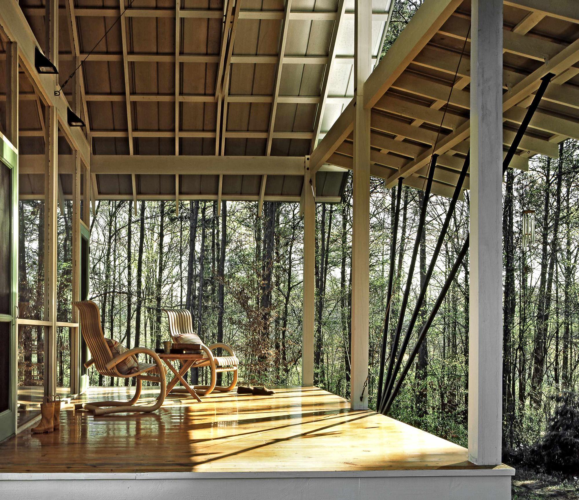 Открытая веранда с необычной крышей
