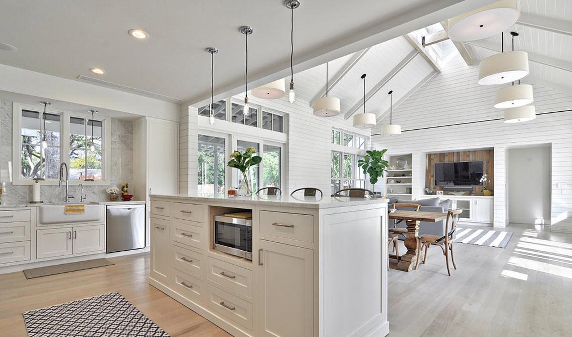 Белые стены в гостиной-кухне