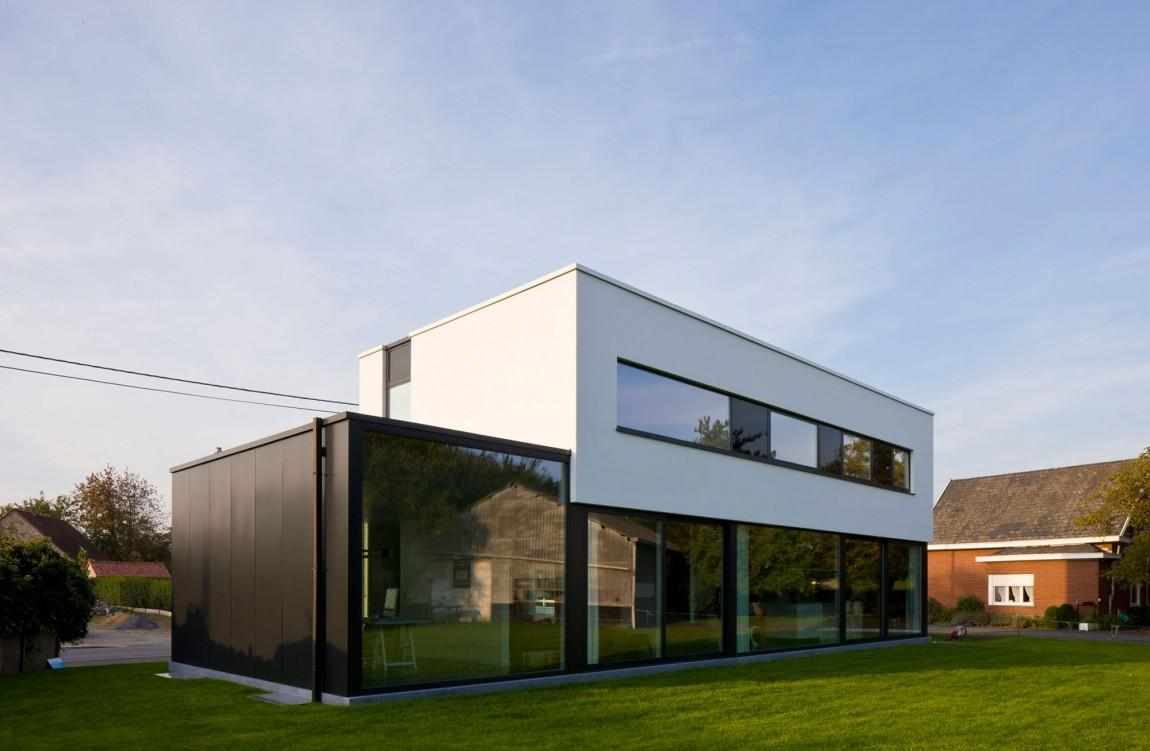 Черно-белый фасад дома в стиле хай-тек