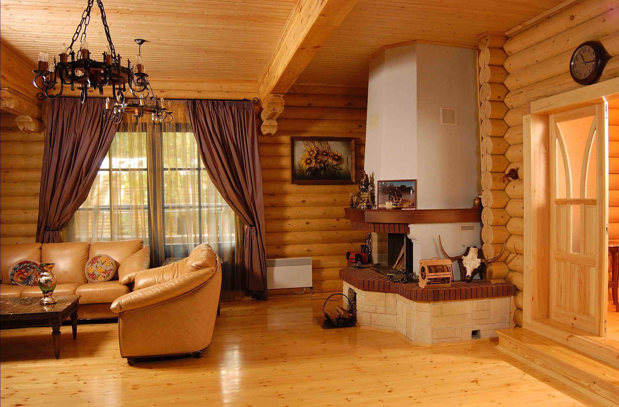 Гостиная с камином в деревенском стиле
