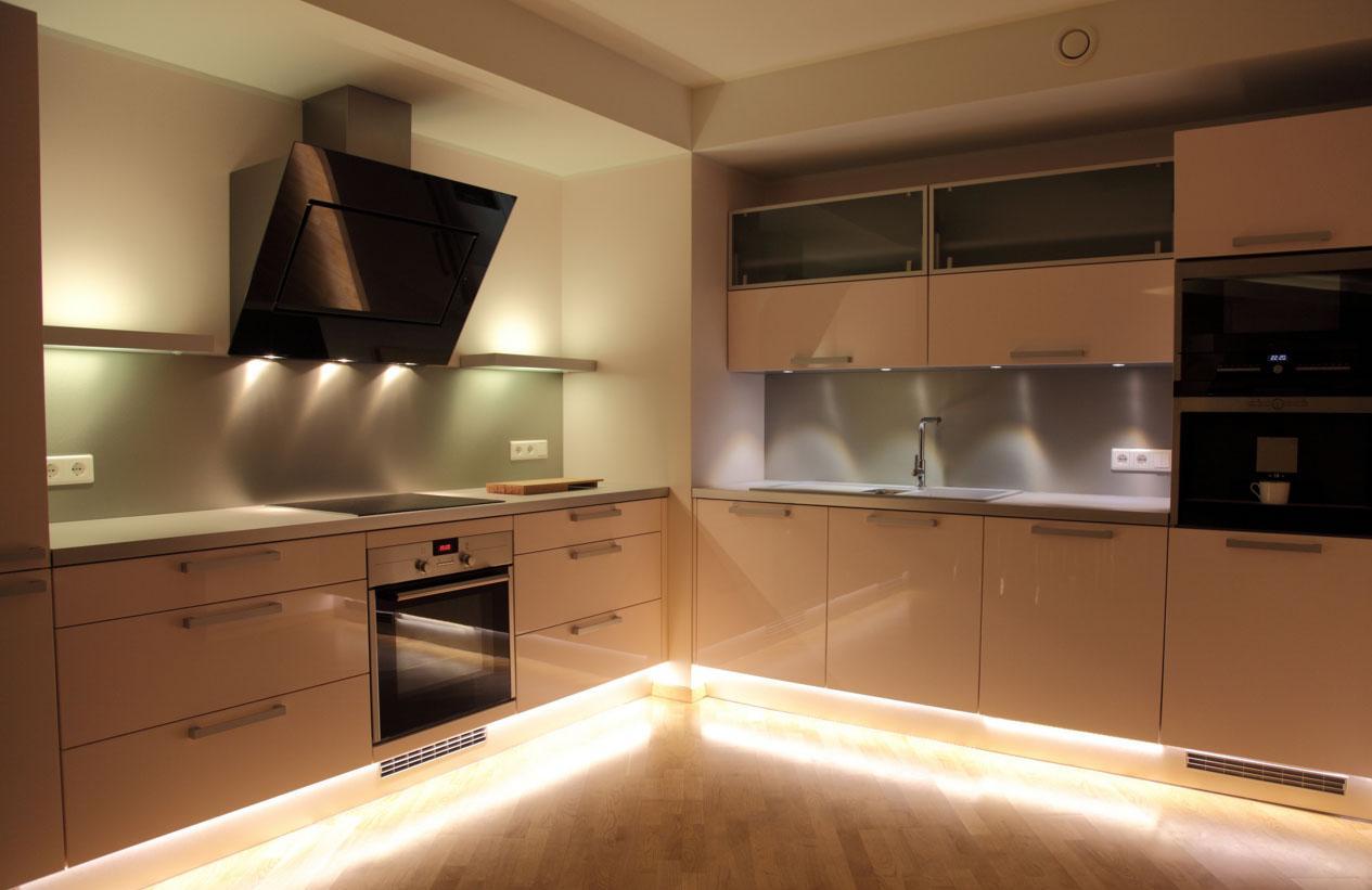 Точечные светильники и яркая подсветка на кухне