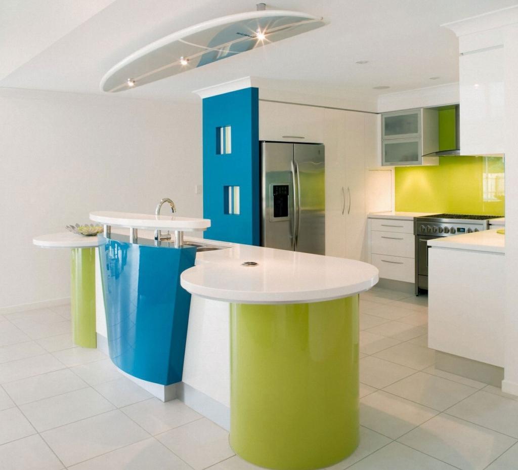 Голубой, салатовый и белый цвета в интерьере кухни