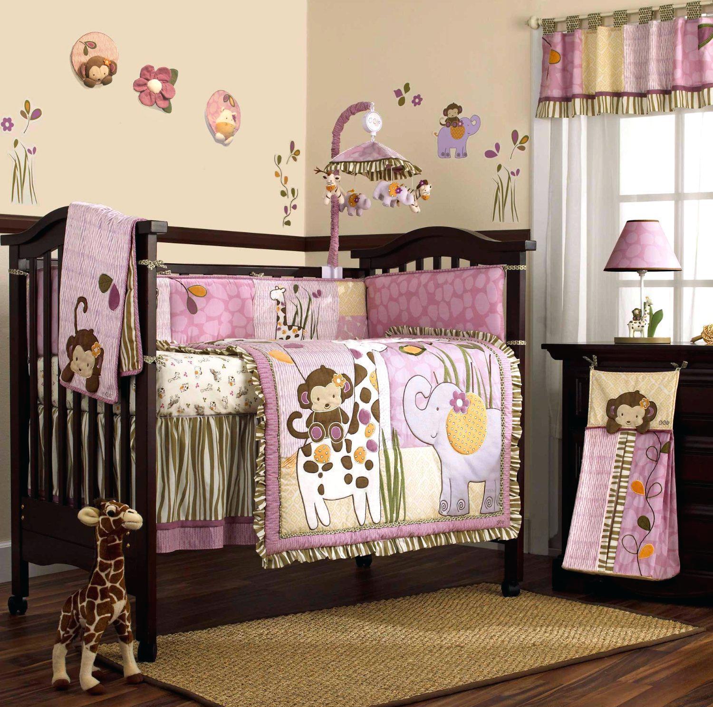 Декор детской кроватки одеялом