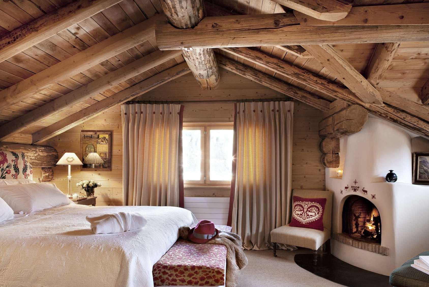 Светлая спальня с камином в стиле шале