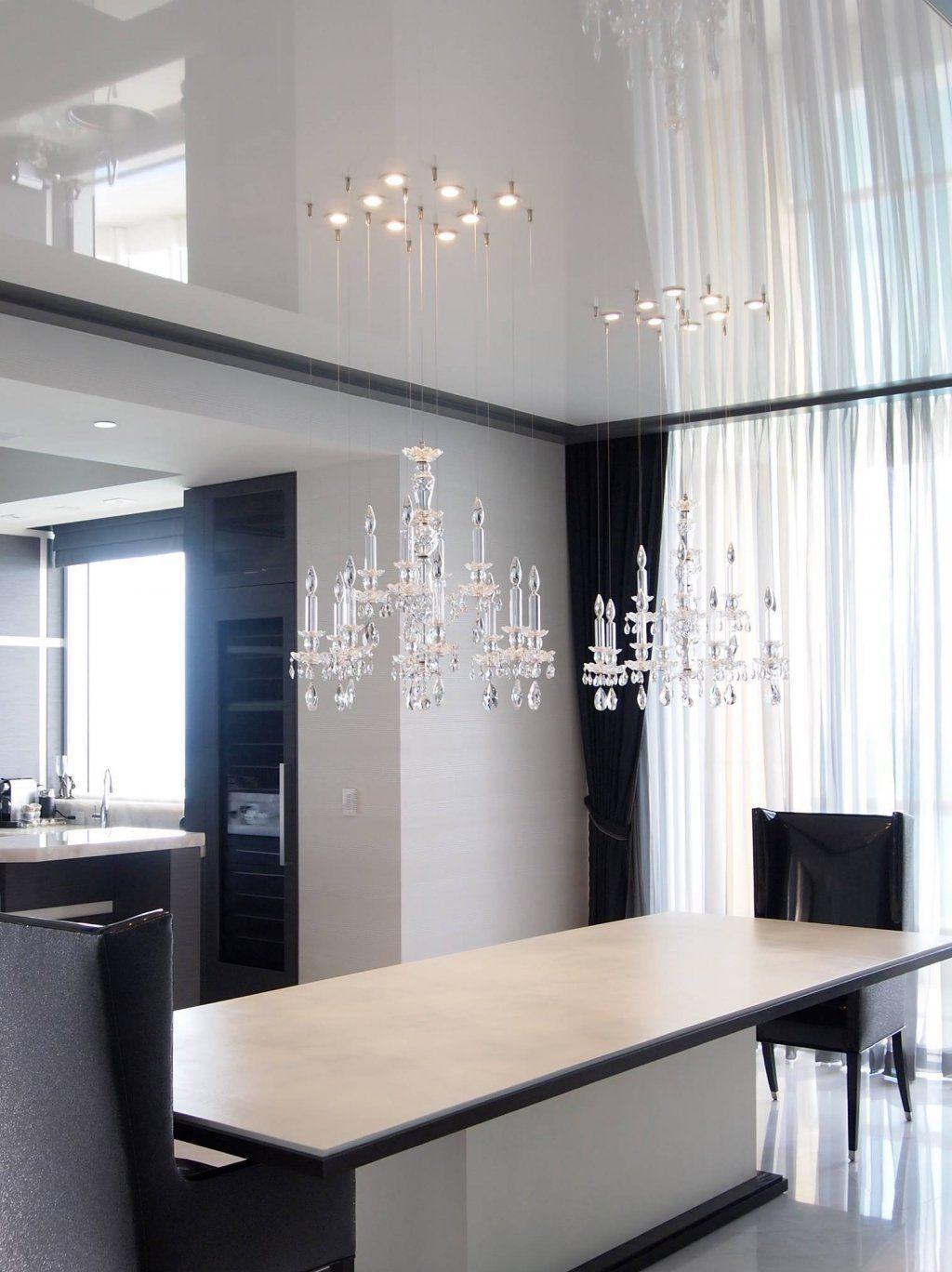 Две люстры и точечные светильники в неоклассическом интерьере кухни
