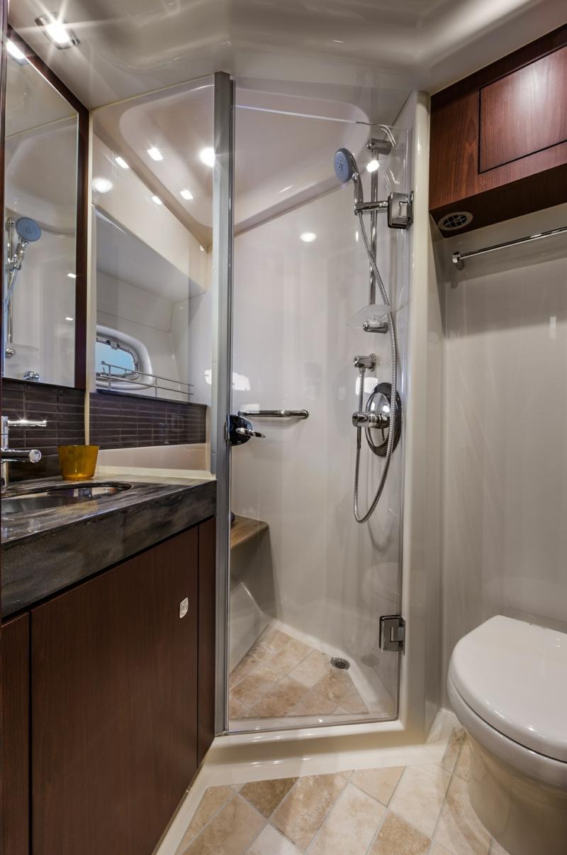 Ванная 9 кв. м с угловой душевой кабиной