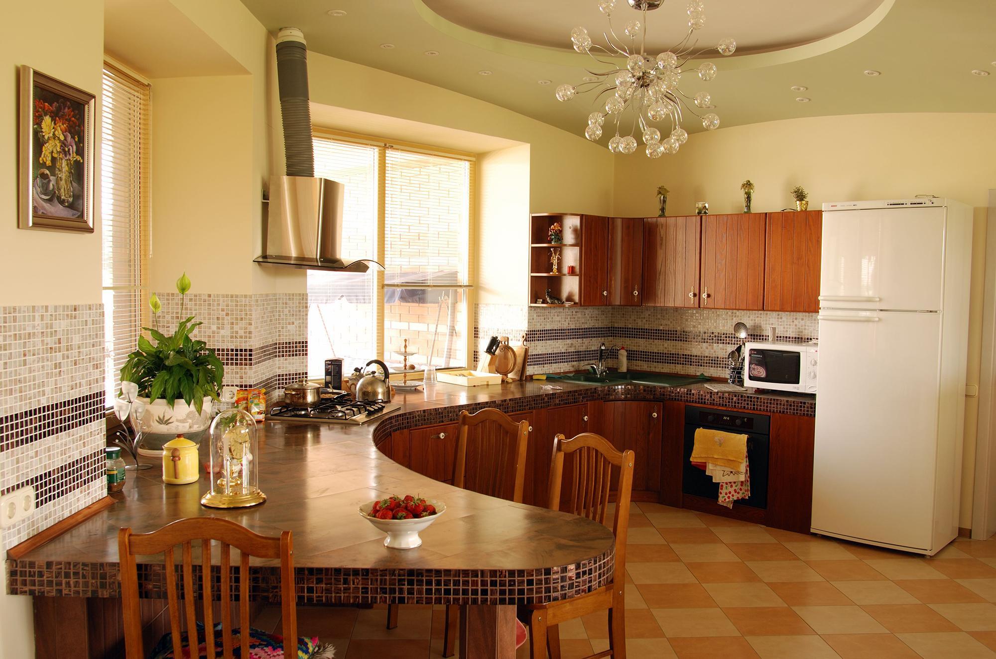 Люстра и встроенное освещение на кухнеЛюстра и встроенное освещение на кухне