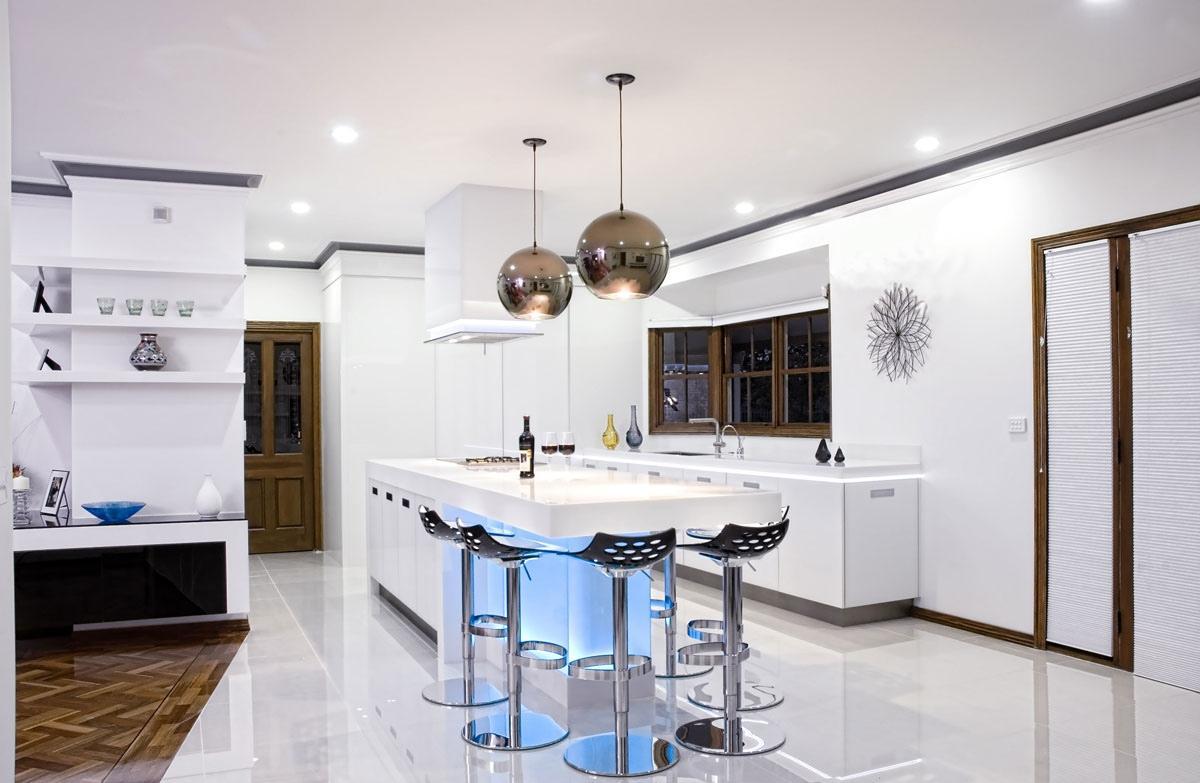 Металлические люстры-шары на кухне