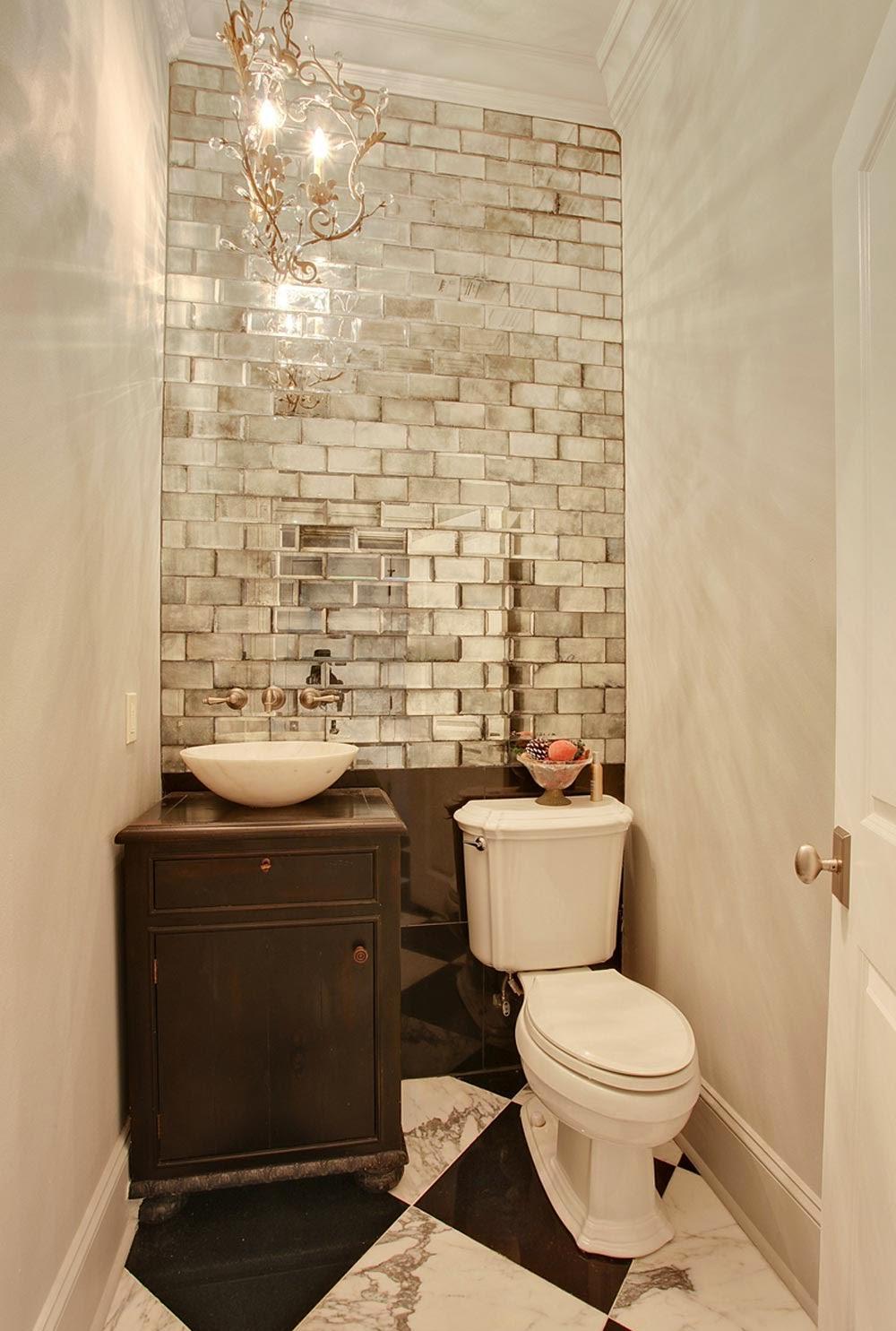 Зеркальная стена из плитки в санузле