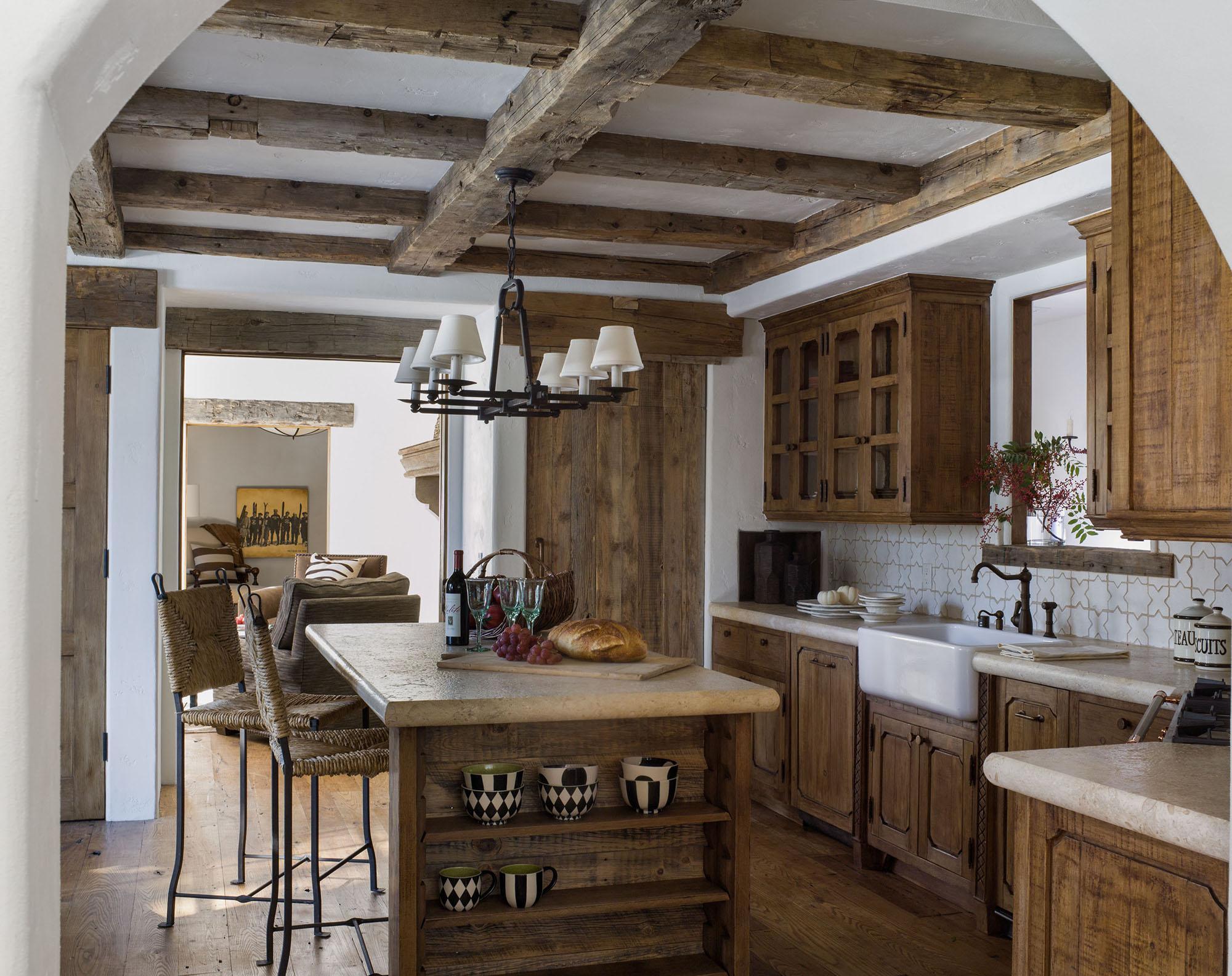 Бело-коричневая кухня с островом в стиле шале