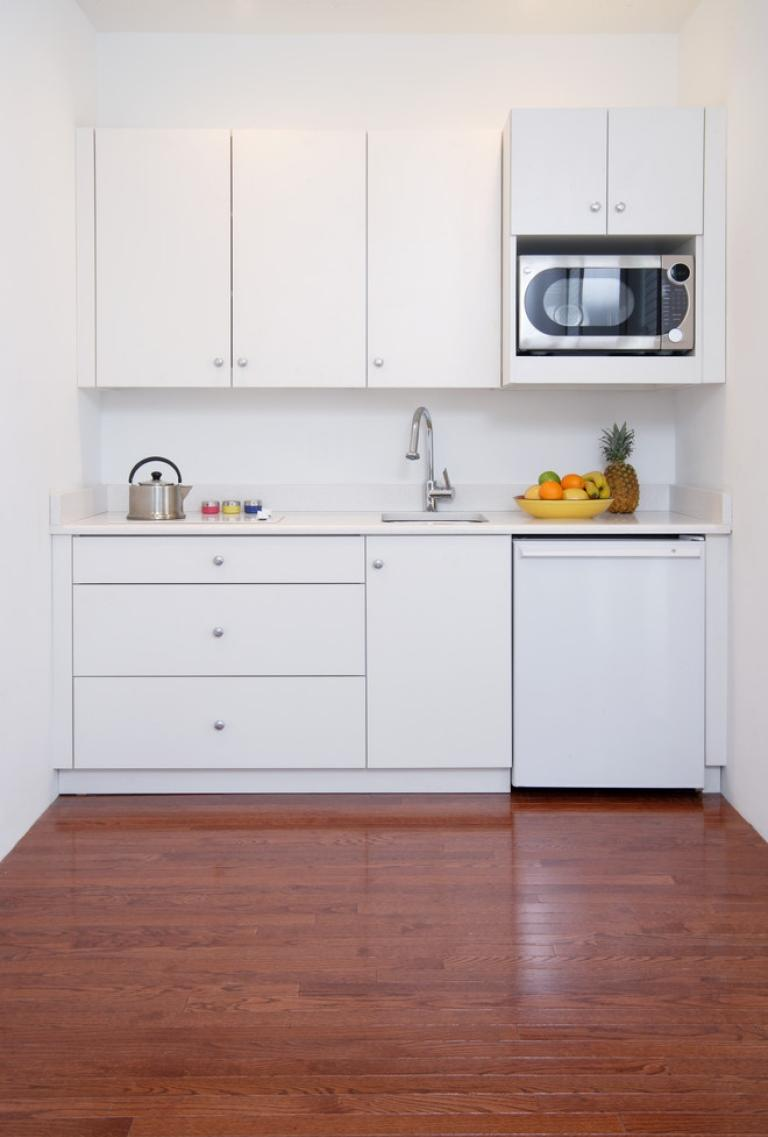 Маленький белый гарнитур в интерьере кухни