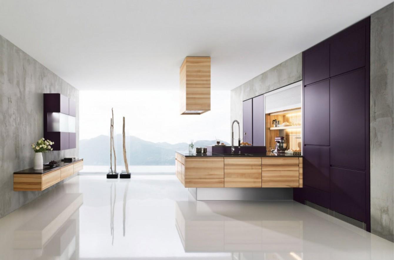 Белый глянцевый пол на кухне