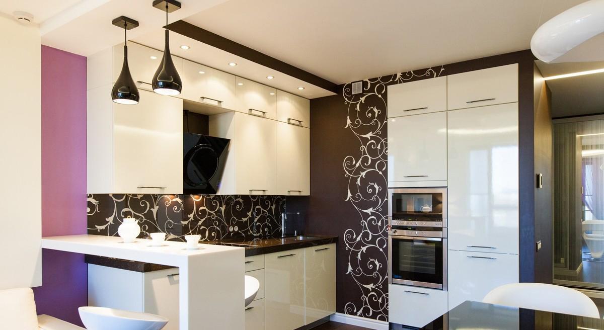 Темно-коричневый, белый и фиолетовый цвета в дизайне кухни