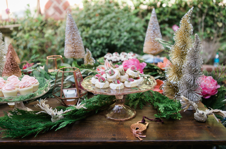 Украшение новогоднего стола 2020 сладостями