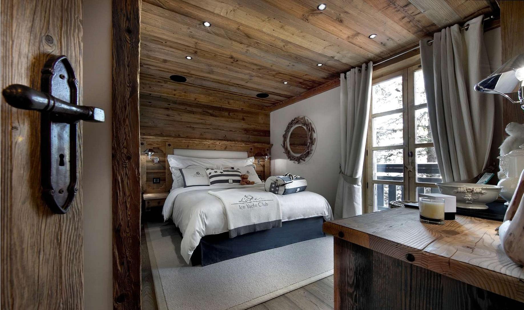 Комбинирование морского стиля и стиля шале в спальне
