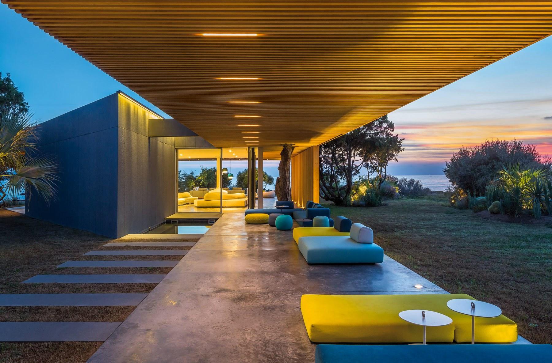 Дом с террасой в стиле хай тек
