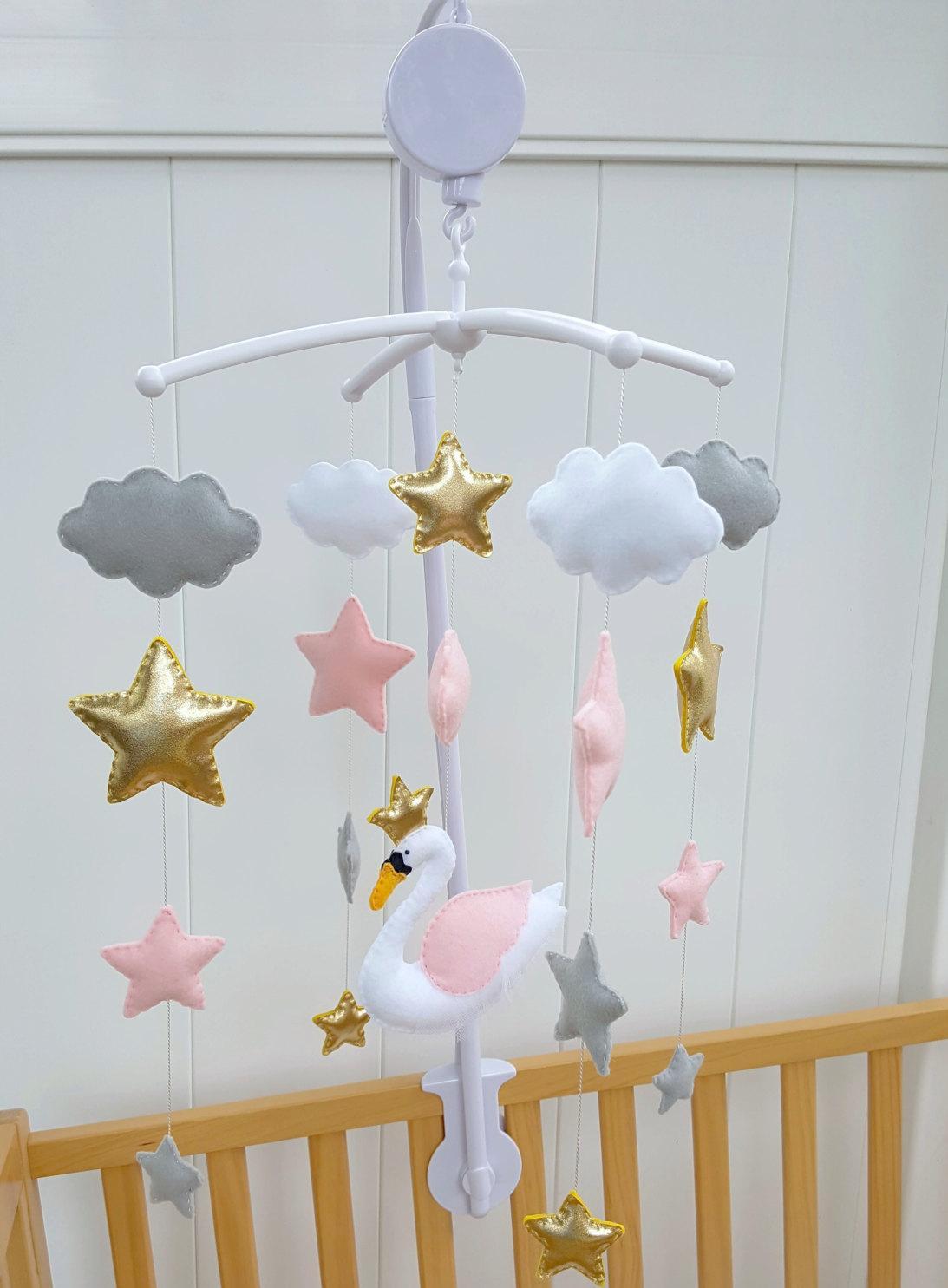 Декор детской кроватки из фетра