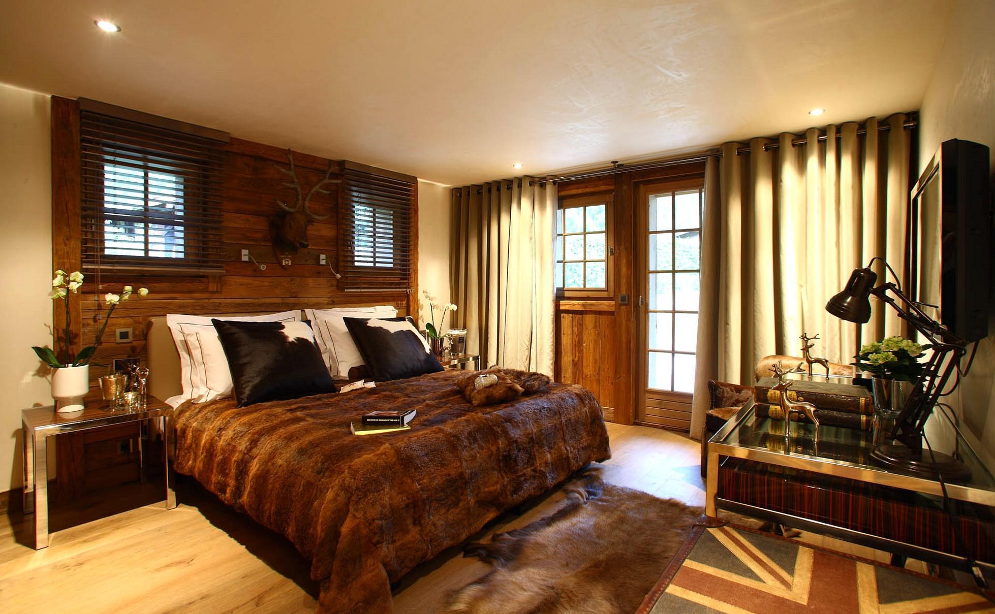 Бежево-коричневая спальня в стиле шале