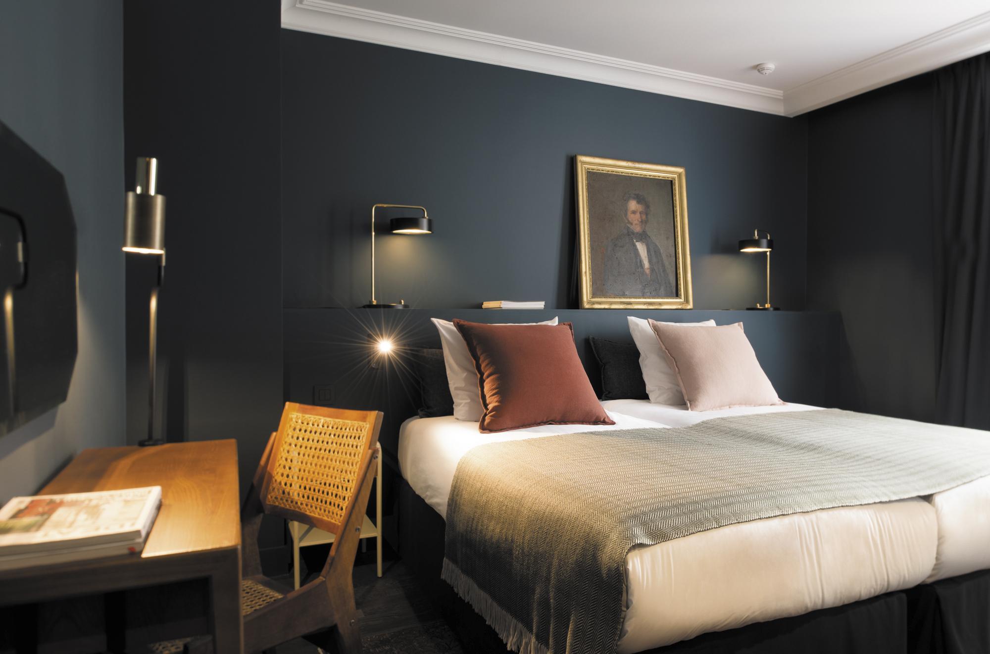 Спальня с рабочим кабинетом в стиле ретро