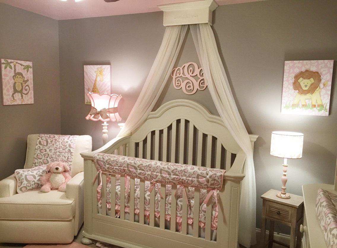 Декор детской кроватки покрывалом
