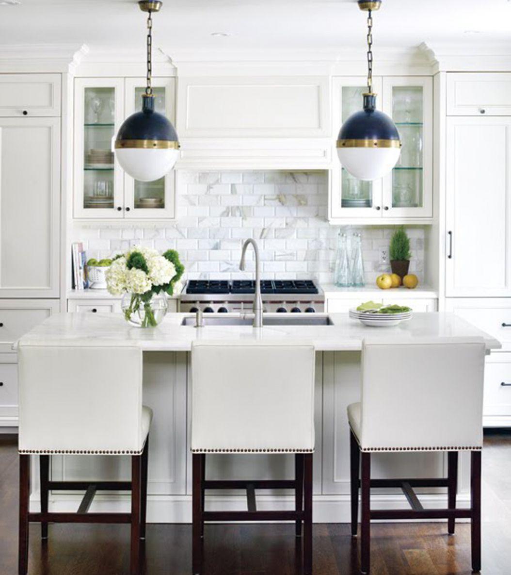 Круглые сине-белые люстры на кухне