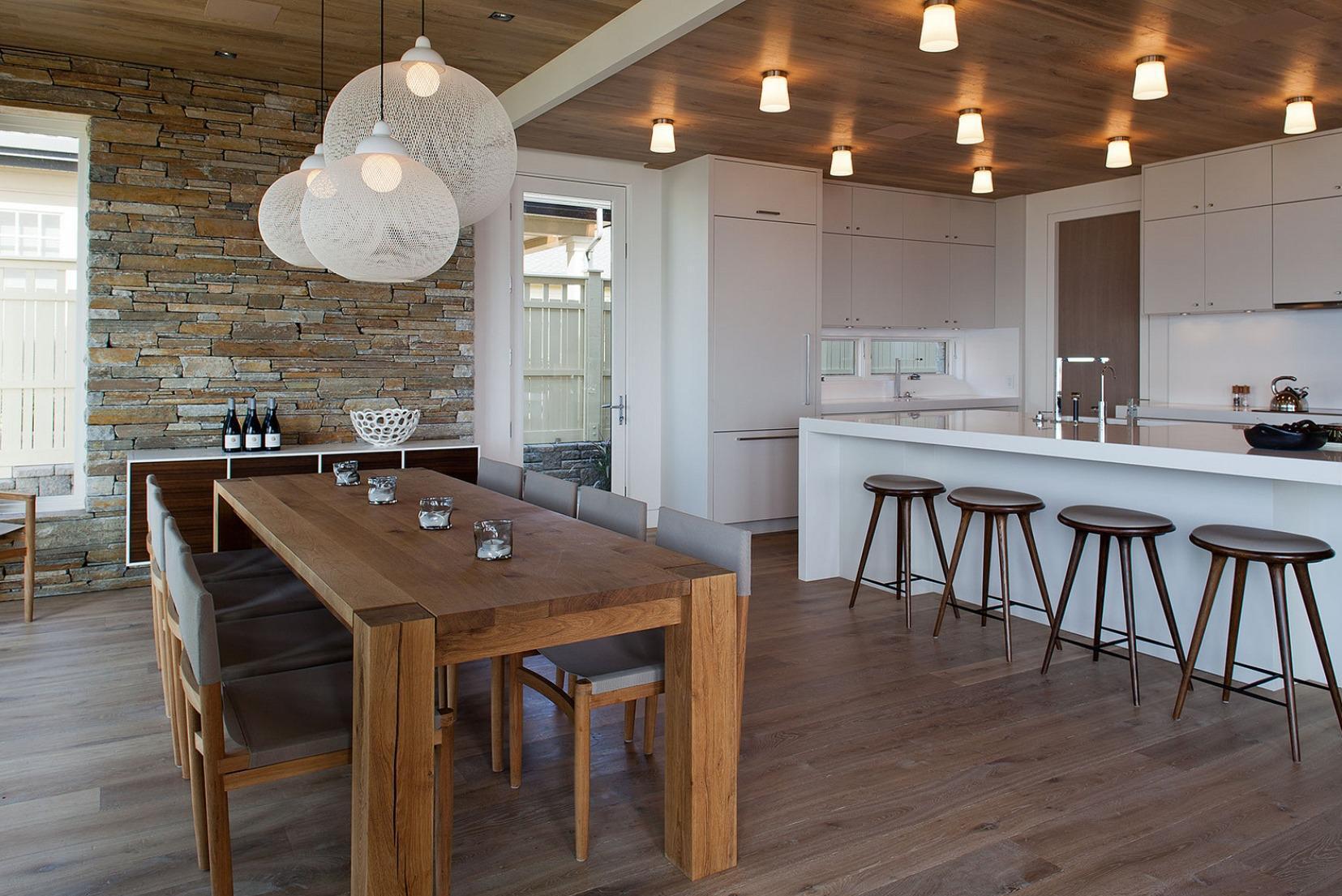 Круглые люстры над обеденным столом на кухне-столовой