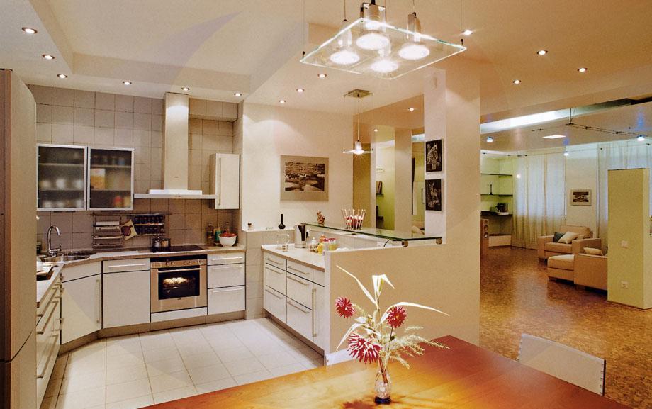 Стеклянная люстра и точечные светильники на кухне