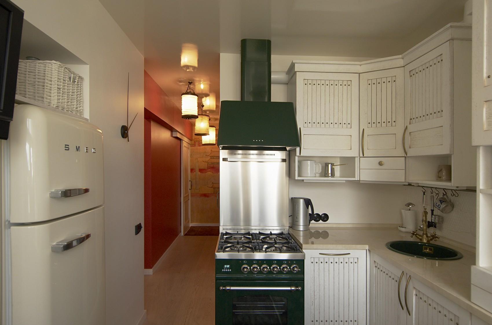 Бело-зеленая маленькая кухня в деревенском стиле