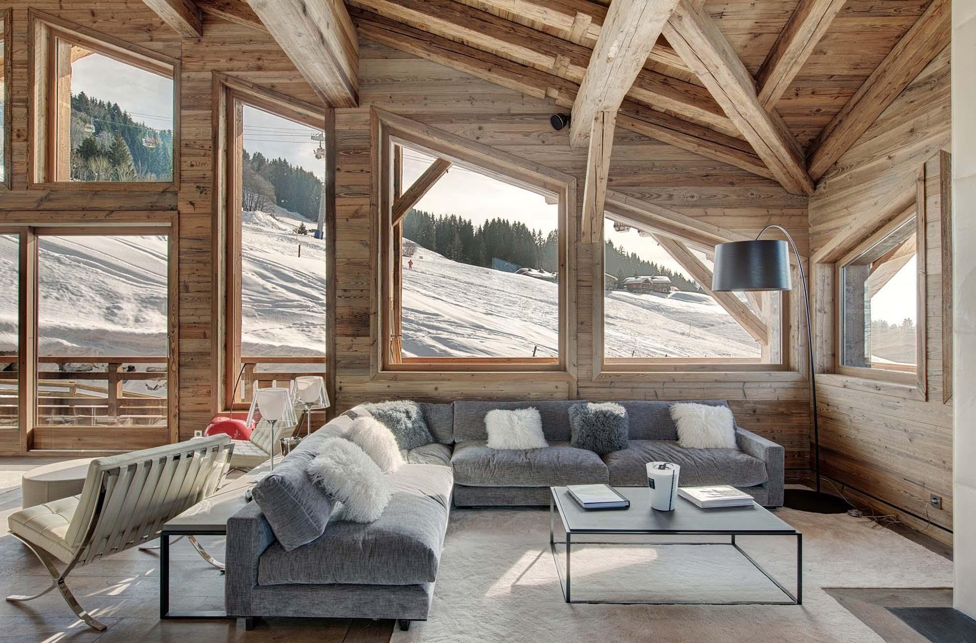 Гостиная с большими окнами в стиле шале