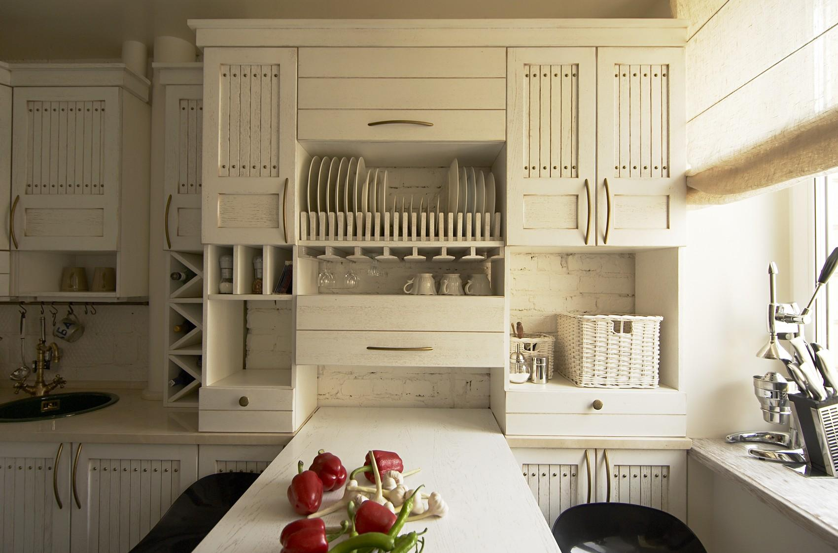 Белый кухонный гарнитур в интерьере кухни