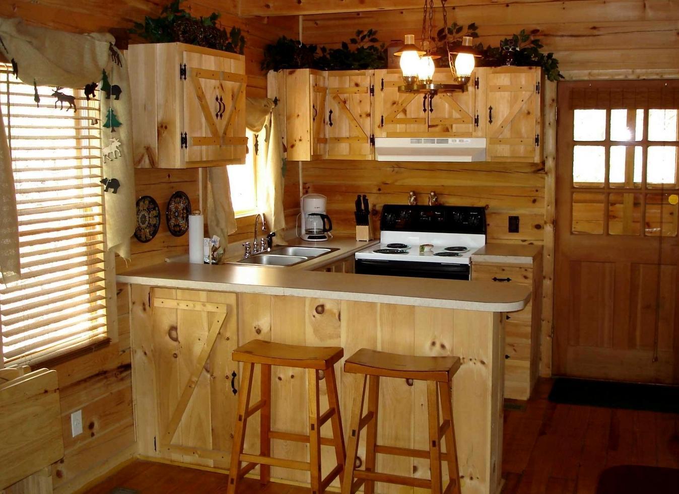 Кухня с барной стойкой из дерева