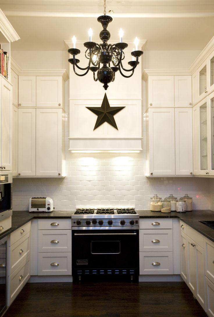 Черная люстра в черно-белой кухне