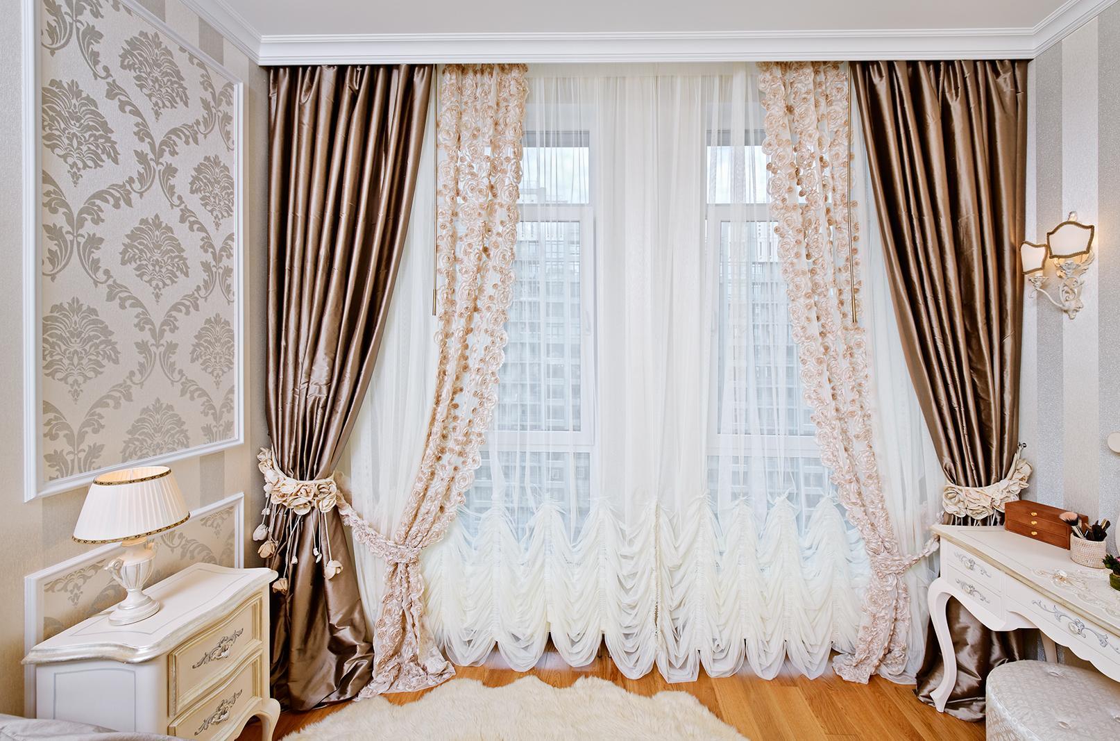 Тюль с вышивкой и атласные шторы в интерьере спальни