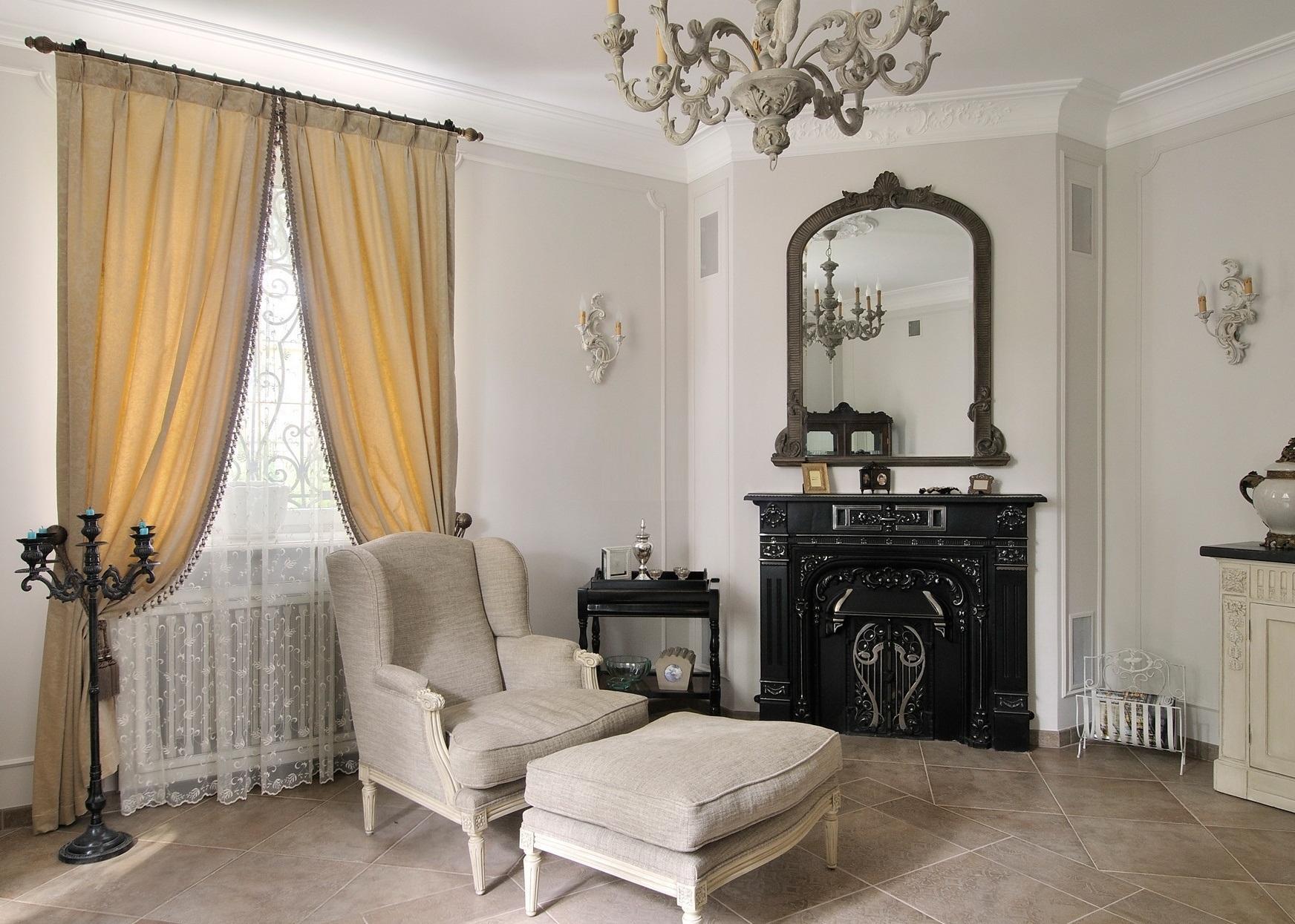 Белый тюль и кремовые шторы для оформления окна