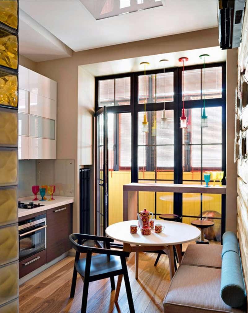 Маленькая кухня с большим окном и выходом на балкон