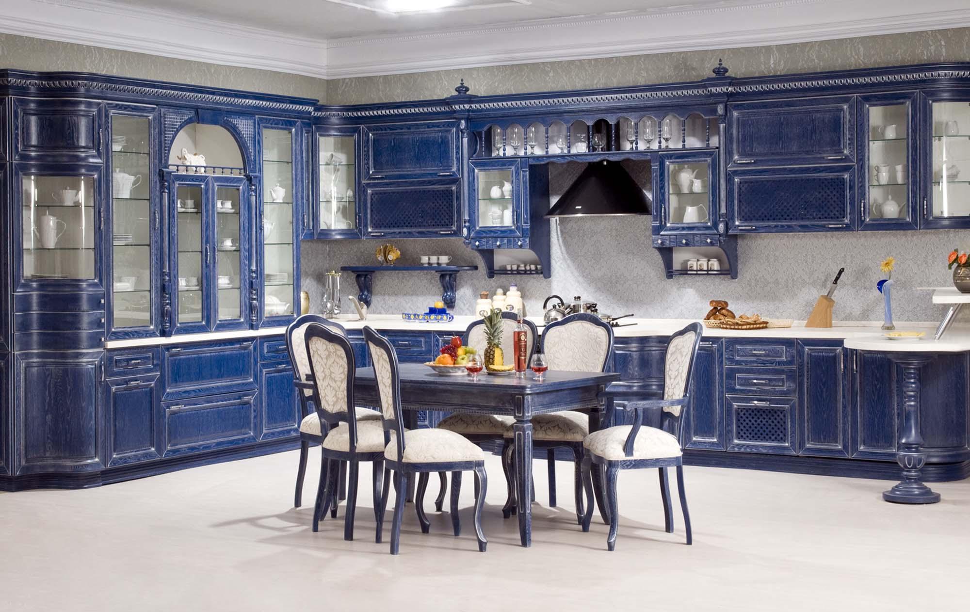Белый пол и синий гарнитур на кухне