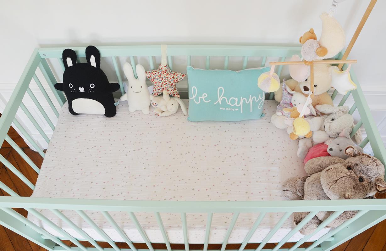 Декор детской кроватки игрушками