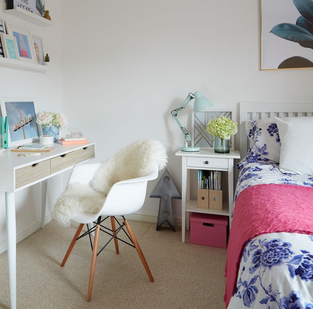 Яркая спальня с рабочим кабинетом