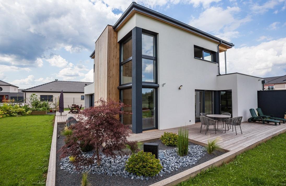 Дом с садом в стиле хай тек