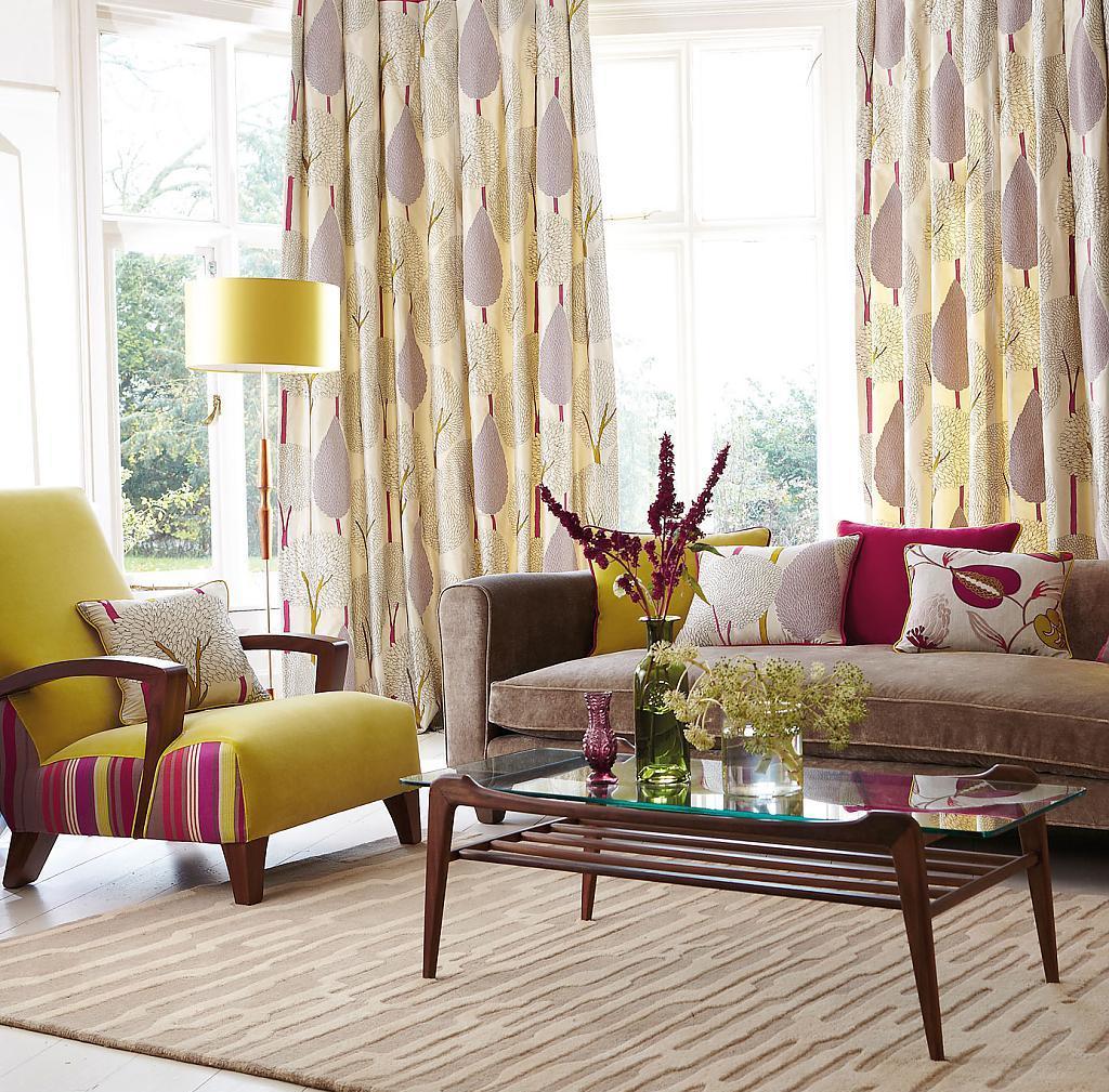 Желтые шторы с принтом в гостиной