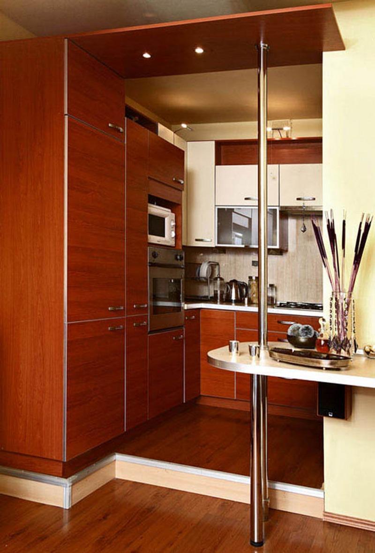 Маленькая бежево-коричневая кухня