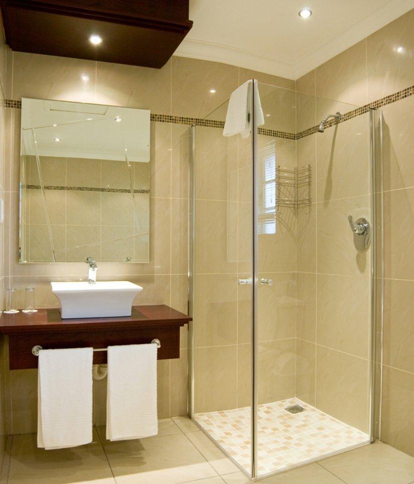 Коричневые акценты в бежевой ванной комнате