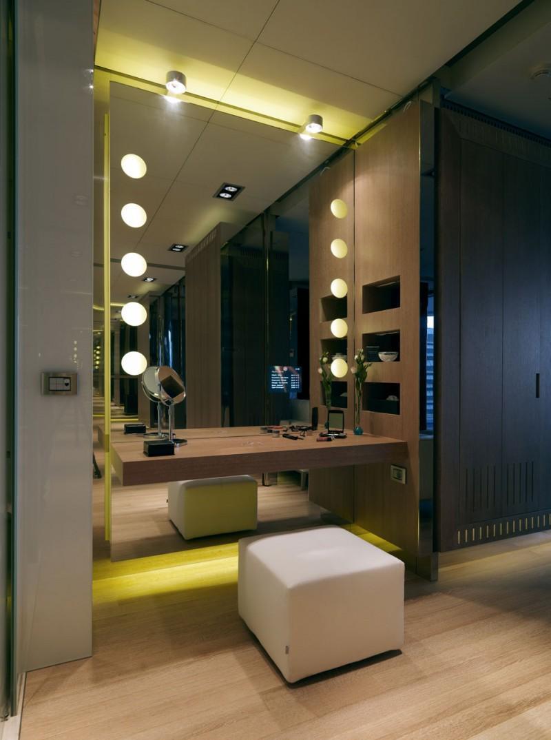 Зеркальная стена с туалетным столиком