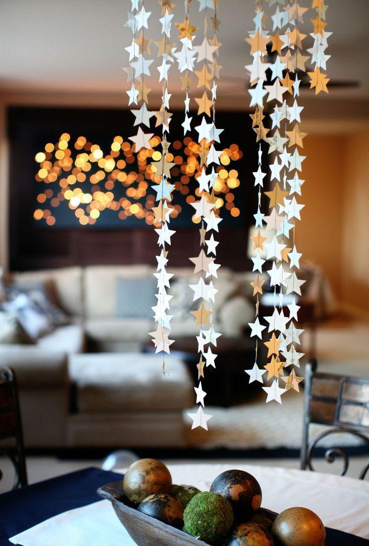 Звездочки в декорировании люстры на Новый год
