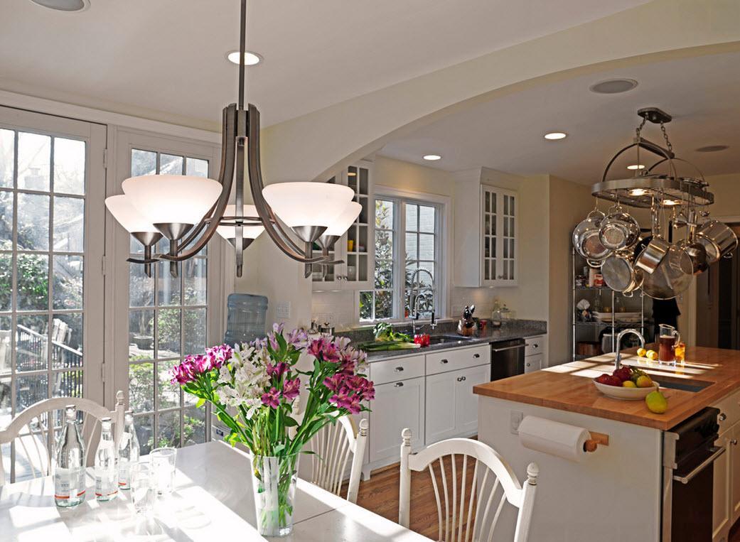 Стильная люстра в интерьере кухни