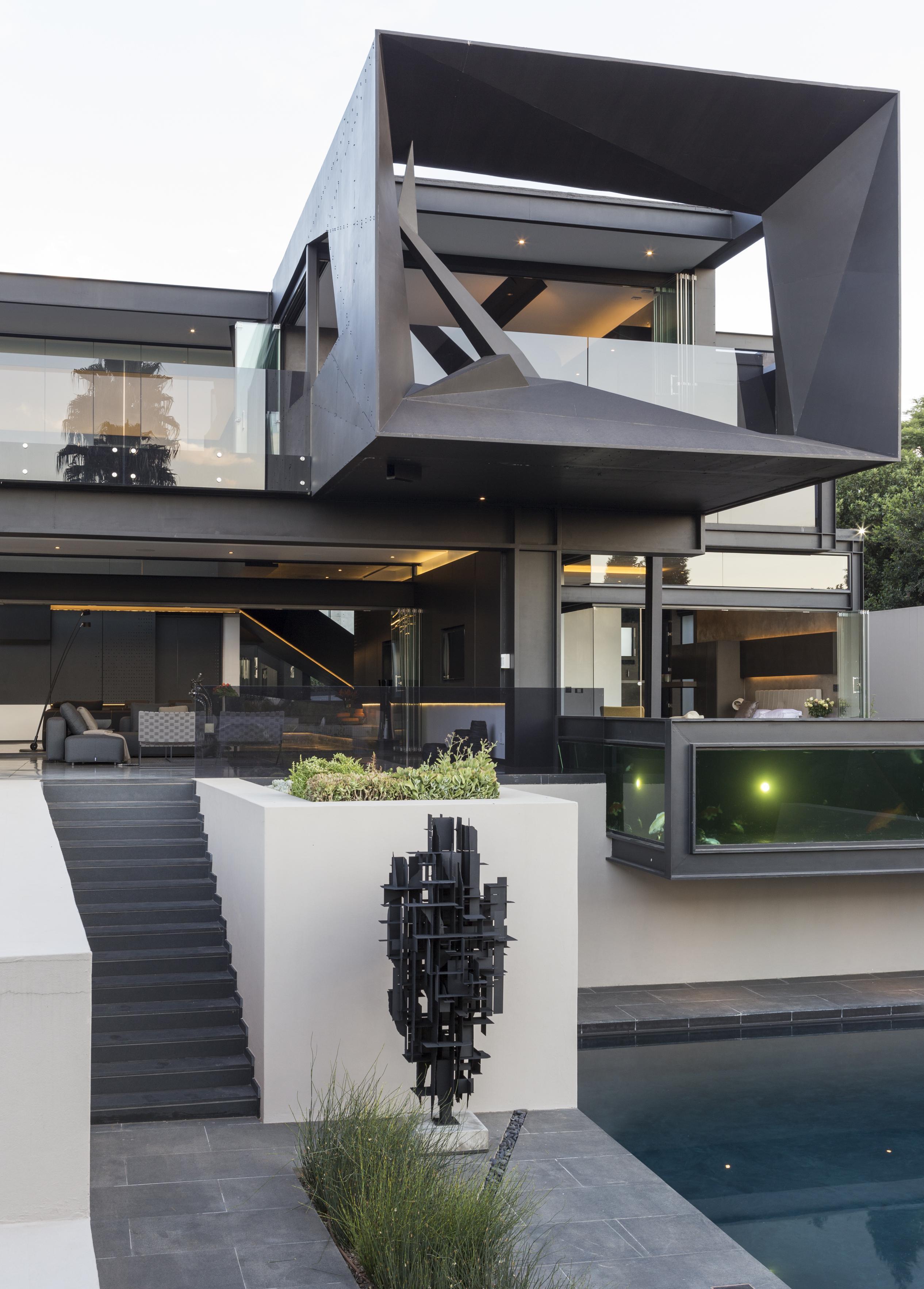 Дом в стиле хай тек с балконом