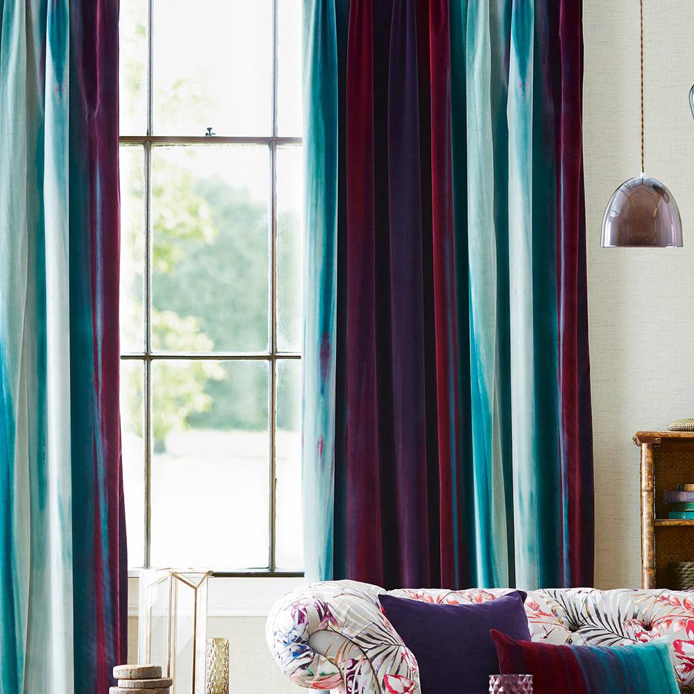 Оформление окон шторами разноцветными