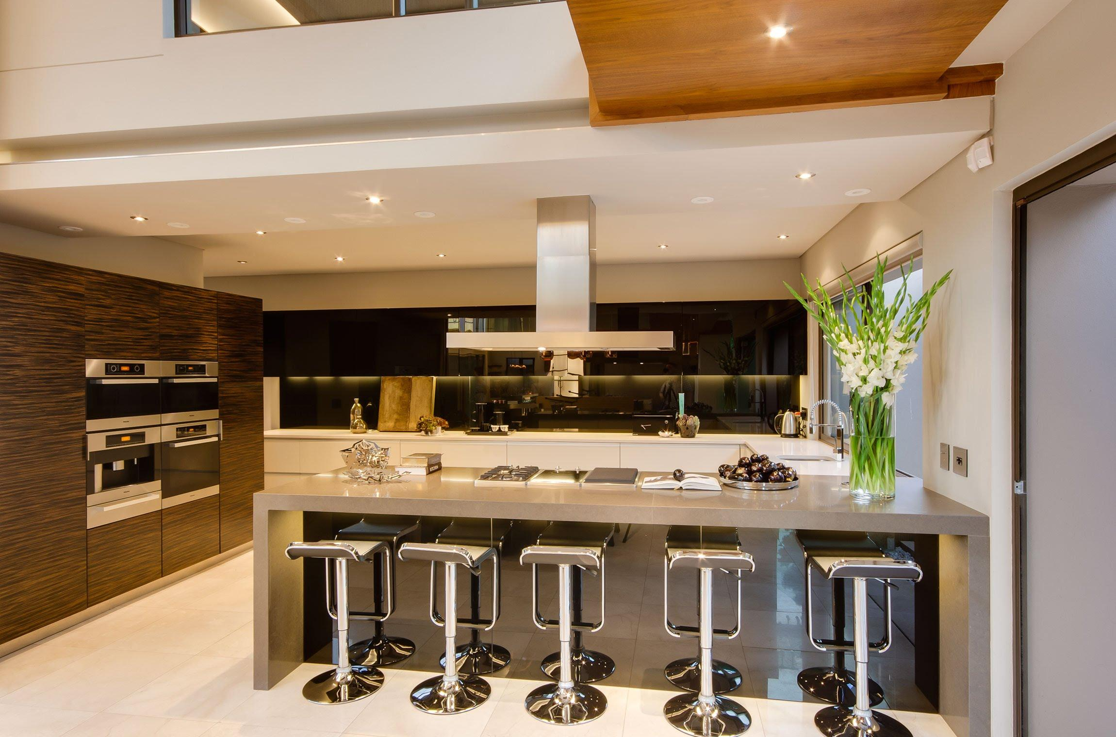Дизайн кухни с барной стойкой серой