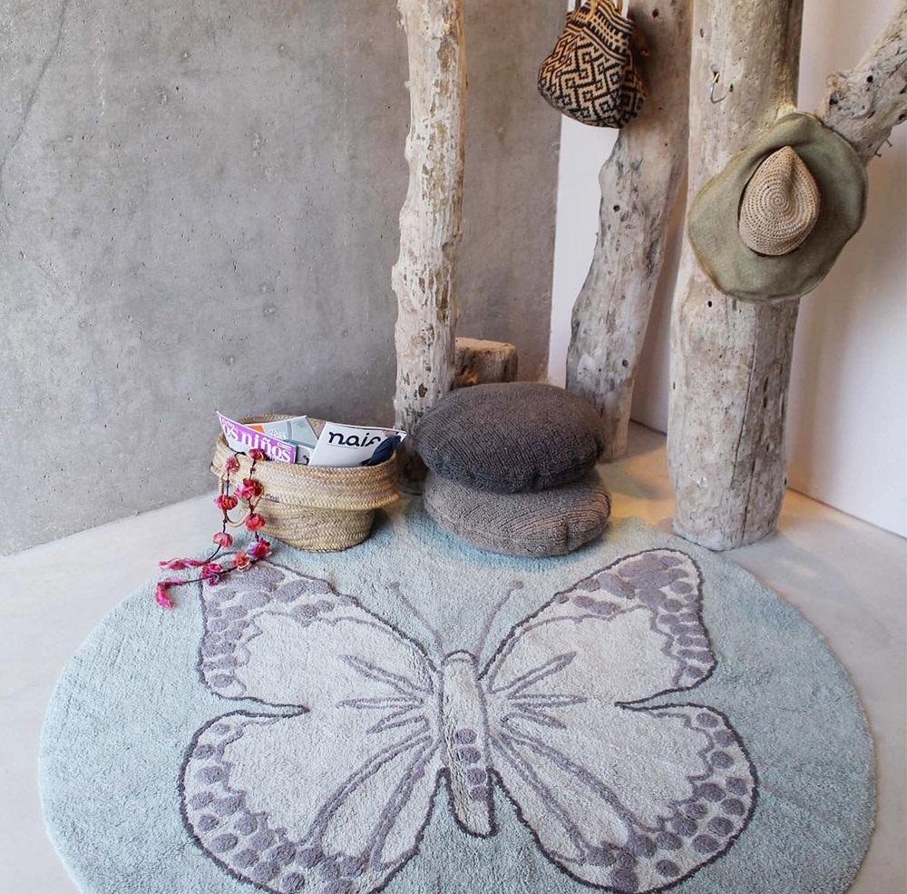 Бабочка на ковре в интерьере