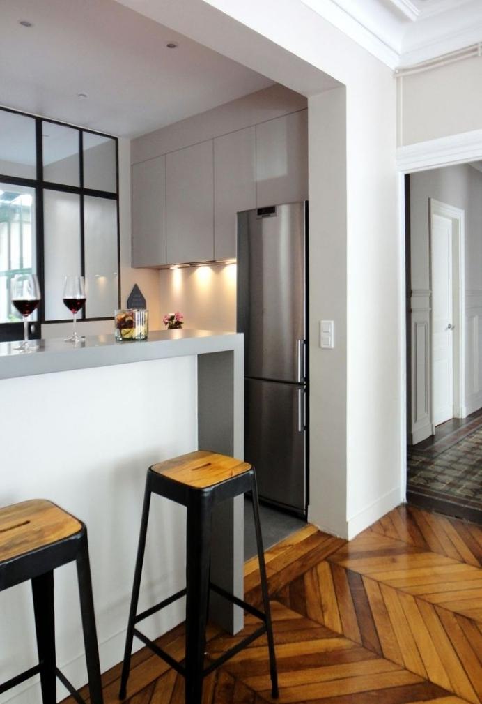 Дизайн кухни с барной стойкой узкой